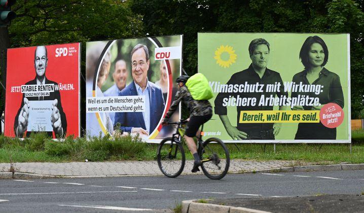 Plakate von SPD, CDU und Grüne in Frankfurt am Main