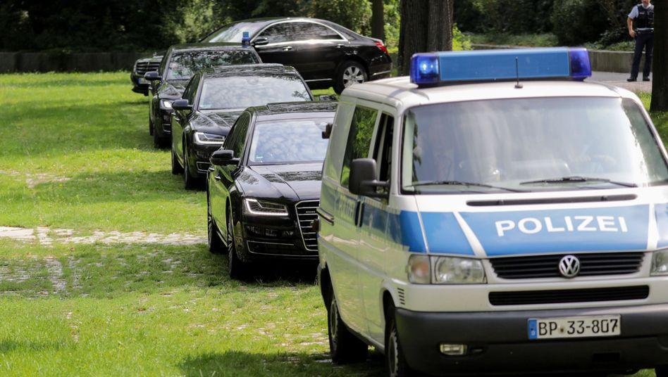 Politiker-Limousinen mit Polizeieskorte auf dem Weg zum Dieselgipfel