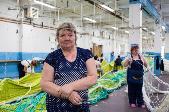 Leiterin Wera Jegorinka, 58 Jahre, in der Werkshalle, unter den Arbeitern gibt es einige Fußballfans auch von ZSKA Moskau