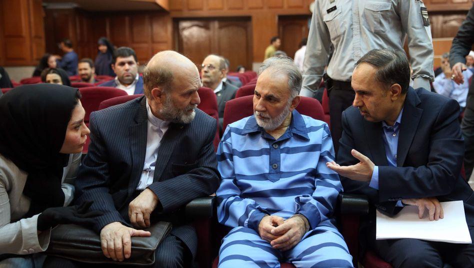 Mohammed Ali Nadschafi sitzt im Gerichtssaal, umgeben von seinen Anwälten