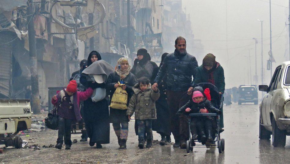 Bewohner Aleppos auf der Flucht vor Gefechten am 13.12.2016