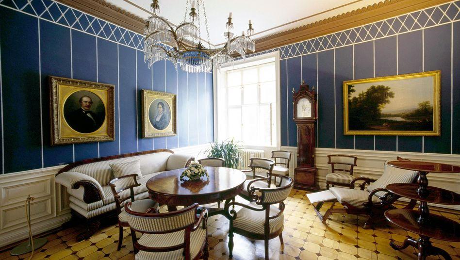 Wohnzimmer mit Kunstwerken