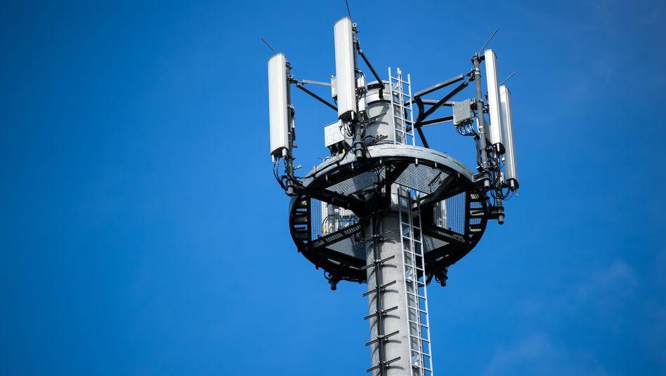 Mast mit verschiedenen Antennen von Mobilfunkanbietern