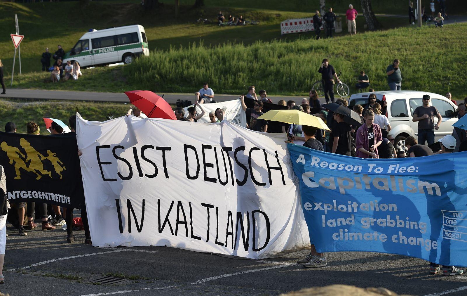 linke demonstranten in heidenau
