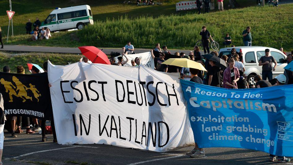 Linke Demonstranten in Heidenau: Krise wird schon irgendwie bewältigt