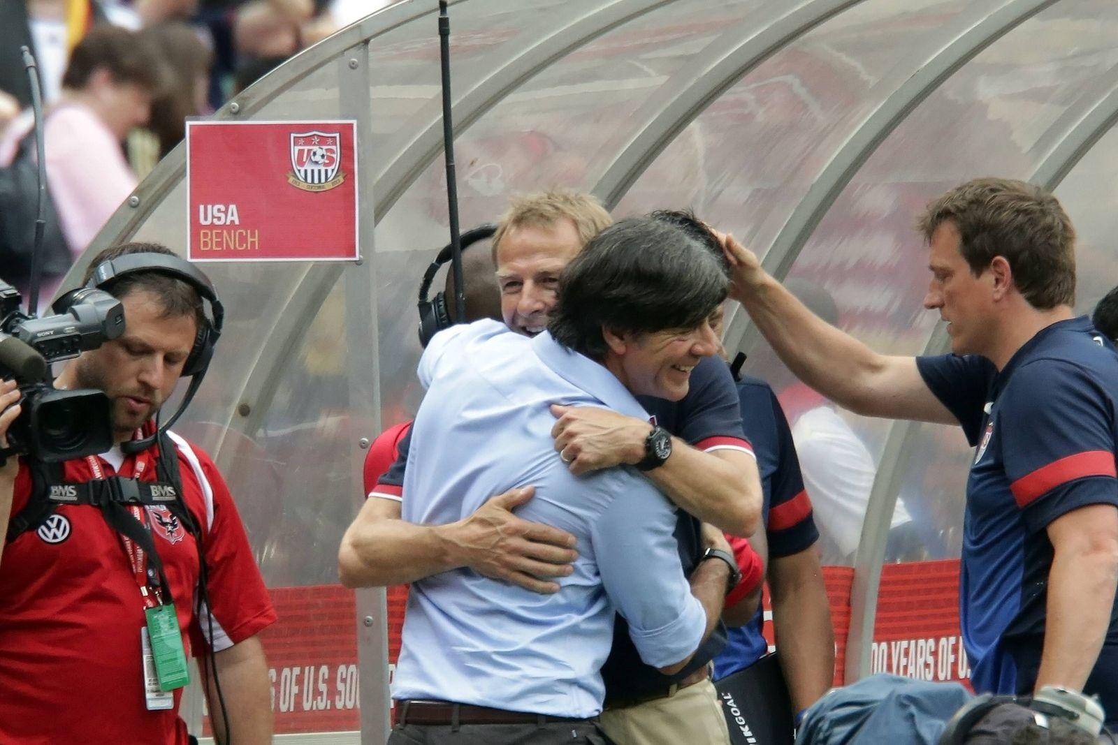 Bundestrainer Joachim Loew D wird von Juergen Klinsmann USA getroestet Laenderspiel USA vs De