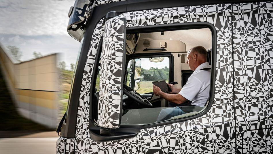 Future Truck von Daimler: Der Fahrer liest, der Lkw fährt