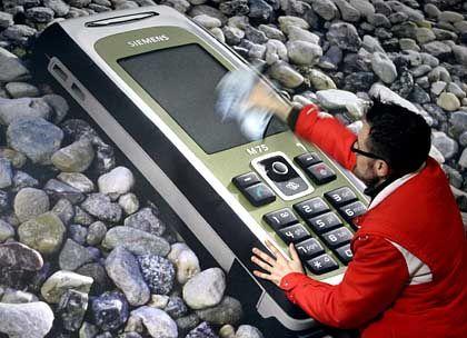 Neuer Partner scheint gefunden: Siemens-Handy auf dem CeBit-Messestand 2005