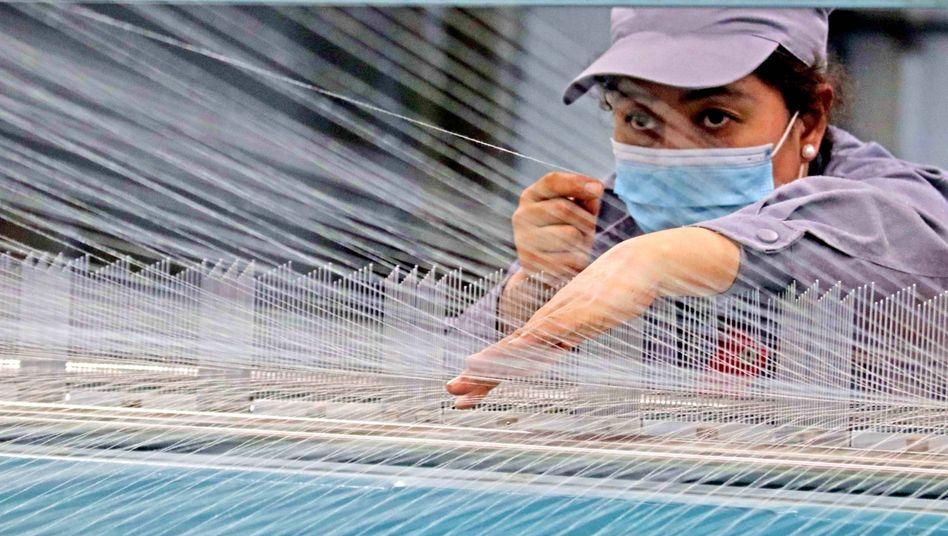 Arbeiterin in einer Textilfabrik in Xinjiang (Archivbild)