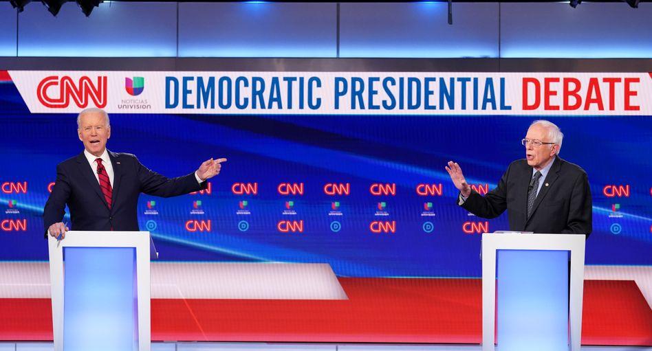 Joe Biden und Bernie Sanders beim TV-Duell: Begrüßung unter Corona-Vorsichtsmaßnahme