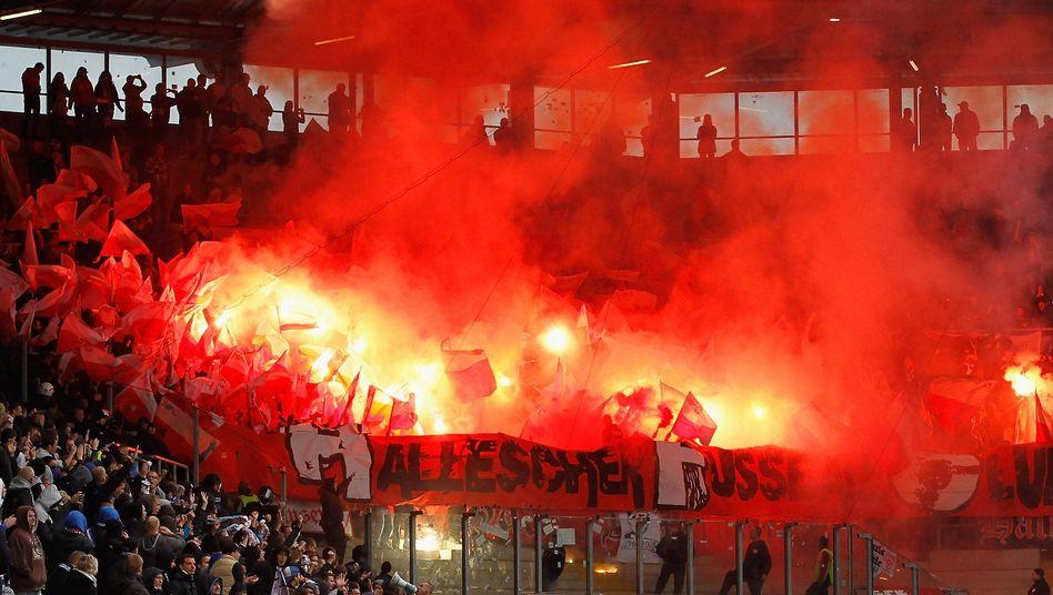 Halle-Fans in Rostock: Pyrotechnik im Stadion
