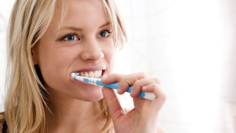 Zähneputzen: Auf fluoridhaltige Zahnpasten achten
