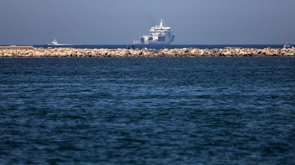 Schiff der italienischen Küstenwache mit Flüchtlingen an Bord