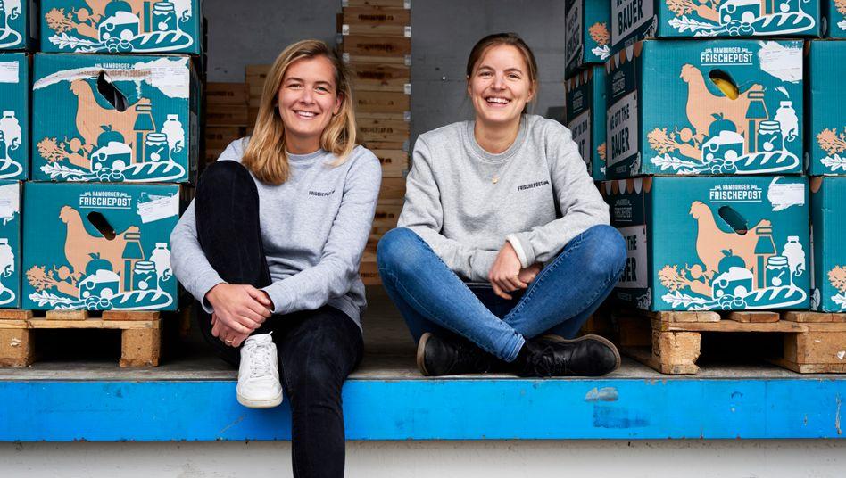 Juliane Willing (l.) und Eva Neugebauer verkaufen Lebensmittel von Bauernhöfen