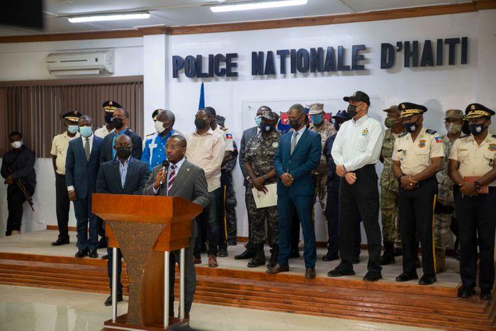 Claude Joseph am Rednerpult bei der Pressekonferenz im Hauptgebäude der Nationalpolizei