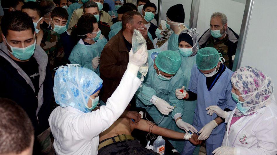 Ärzte behandeln Verletzte in Khan al-Assal (Archiv): Regime und Rebellen beschuldigen sich gegenseitig einer Attacke mit Chemiewaffen