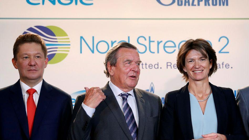 Gazprom-Chef Alexej Miller mit dem Nord-Stream-Lobbyisten Gerhard Schröder und Engie-Chefin Isabelle Kocher