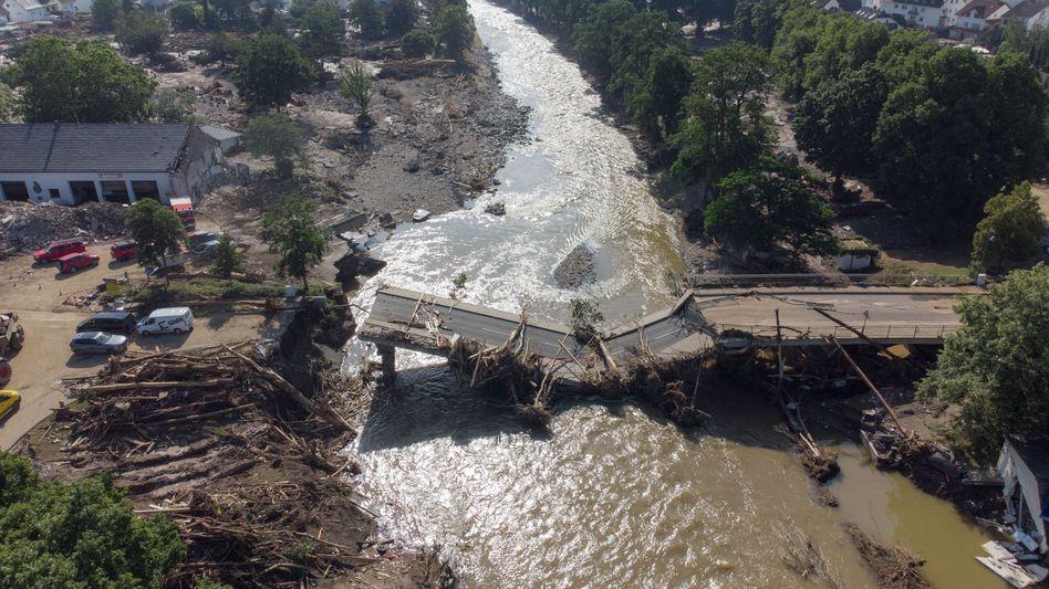 Zerstörte Brücke in Ahrweiler: Über die Handys soll künftig gewarnt werden