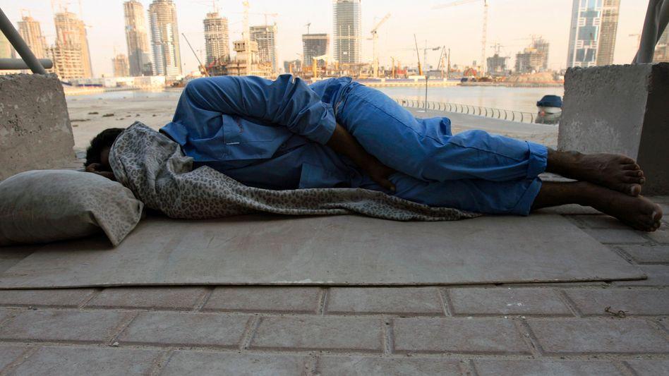 Gastarbeiter am Golf: Ein ausländischer Arbeiter ruht sich auf einer Baustelle in Dubai aus
