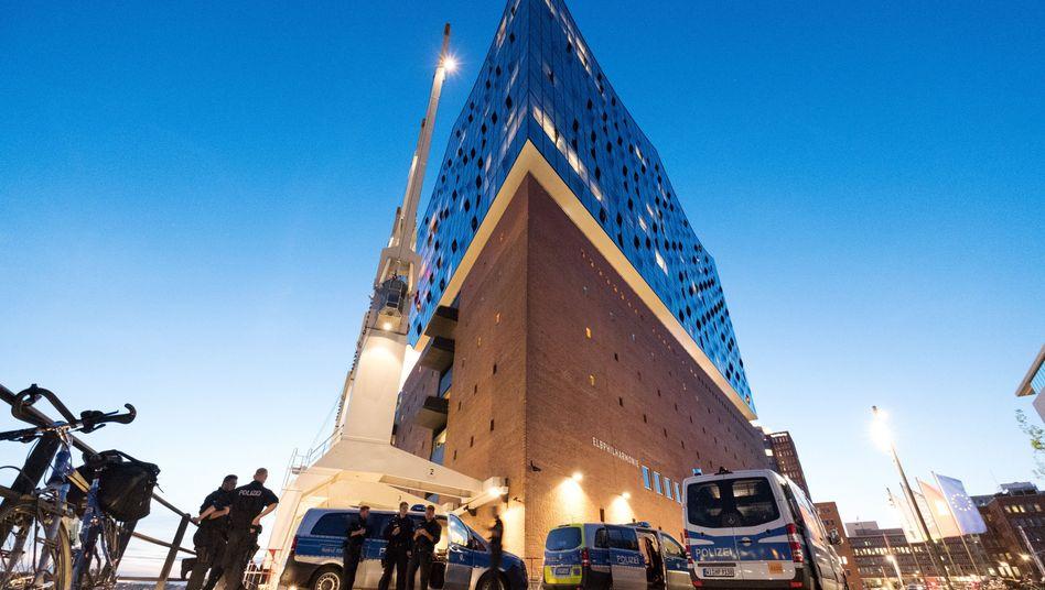 Polizisten an der Elbphilharmonie in Hamburg