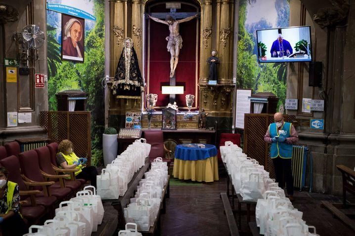 Mitglieder der katholischen Hilfsorganisation »Mensajeros de la Paz« bereiten in Madrid die Verteilung von Hilfspaketen in einer Kirche vor