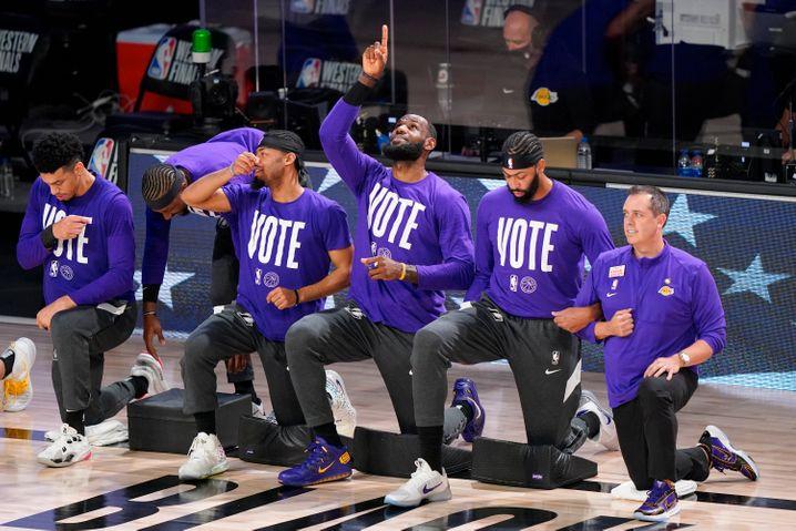 """Auch vor diesem Spiel gehen Trainer und Spieler aus Protest gegen Rassismus und Polizeigewaltin den USA auf die Knie. Spieler trugen zudem T-Shirts mit der Aufschrift """"Vote"""". Im November finden die Präsidentschaftswahlen in den USA statt"""