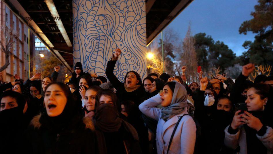 Kein Vertrauen in die Machthaber: Iranerinnen und Iraner protestieren vor einer Universität in Teheran