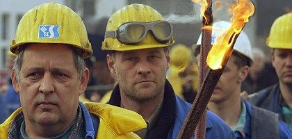 Shipyard workers demonstrating in Bremerhaven: Men have been especially hard hit by the recession.