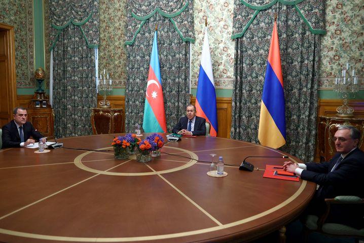 Noch an einem Tisch am 9. Oktober in Moskau: Sergej Lawrow (M.) und seine Kollegen aus Aserbaidschan und Armenien, Ceyhun Bayramov (l.) und Sohrab Mnazakanjan