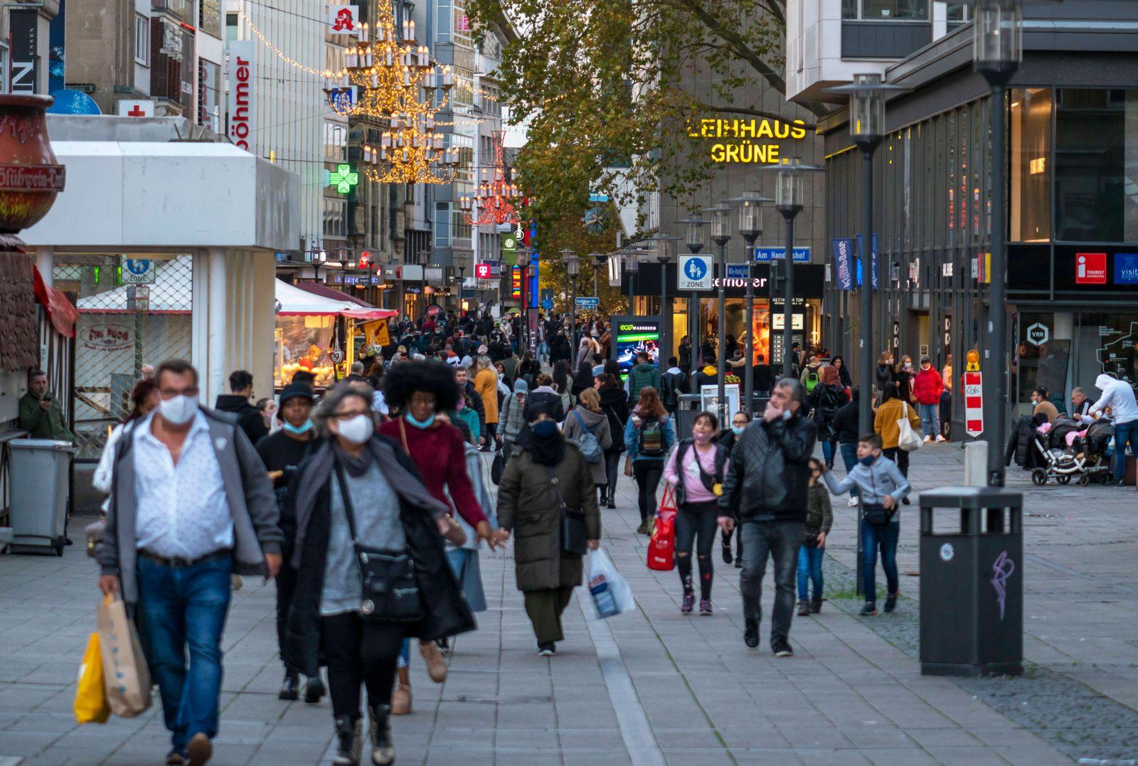 Der letzte Samstag vor dem zweiten Lockdown im November 2020, volle Einkaufsstrasse Kettwiger Strasse, Essen, NRW, Deuts