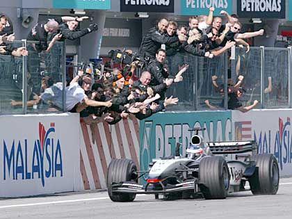 Daumen hoch: Kimi Räikkönen bedankt sich nach der Zieleinfahrt bei der McLaren-Mercedes-Crew