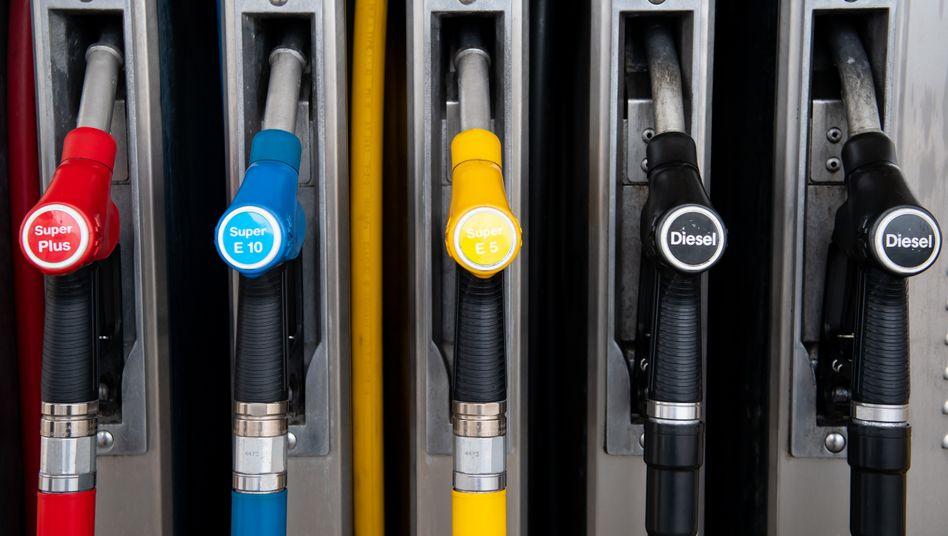 Pompa del carburante: la benzina è diventata molto più costosa, ma perché?