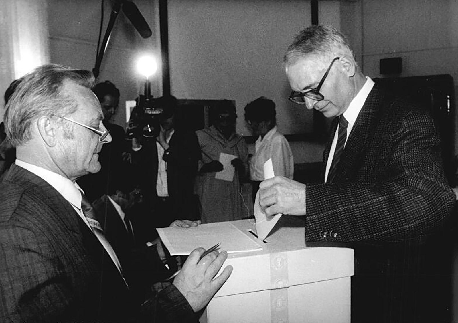 Volkskammerwahl 1990 - Berlin, Volkskammerwahl, Stimmabgabe Jens Reich