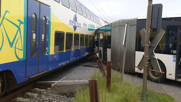 Buxtehude: Crash am Bahnübergang
