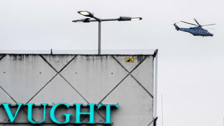Polizeihelikopter über dem Hochsicherheitsgefängnis im niederländischen Vught, wo die Angeklagten inhaftiert sind