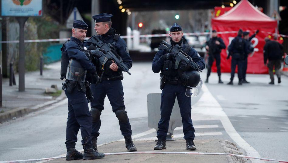 Französische Polizisten sichern nach der tödlichen Messerattacke den Pariser Vorort Villejuif.