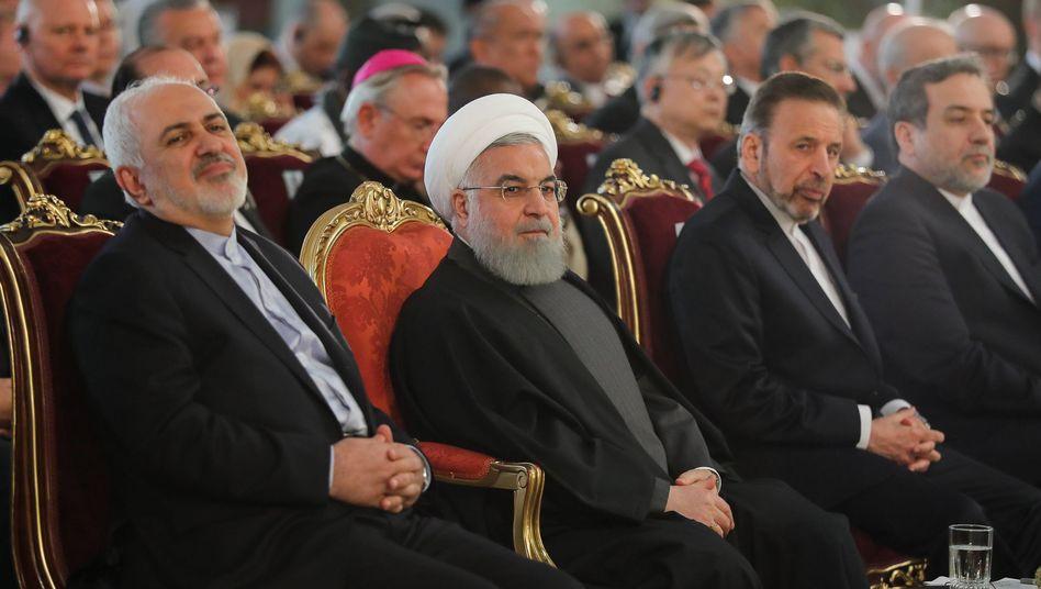 Dschawad Sarif (l.) neben Irans Präsident Hassan Ruhani (Mitte)