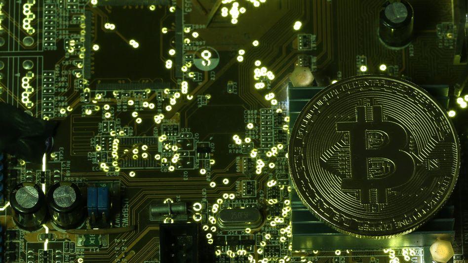 Bitcoin-Symbolmünze auf Platine