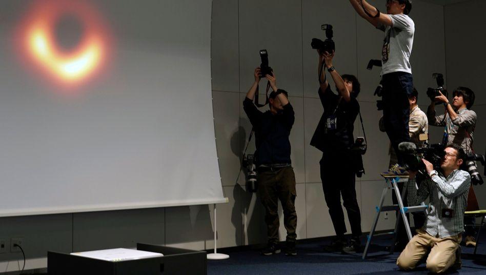 Da ist es, das schwarze Loch: Fotografen bei der Pressekonferenz in Tokio - einer von sechs Präsentationen weltweit