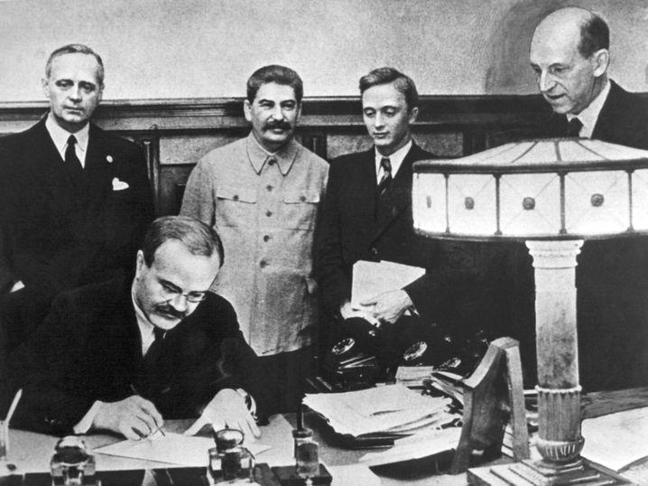Unterzeichnung des deutsch-russischen Nichtangriffspakt am 24. August 1939 in Moskau (hinten neben Ribbentrop Josef Stalin, ganz rechts Friedrich Gaus, daneben U. Pavlov)