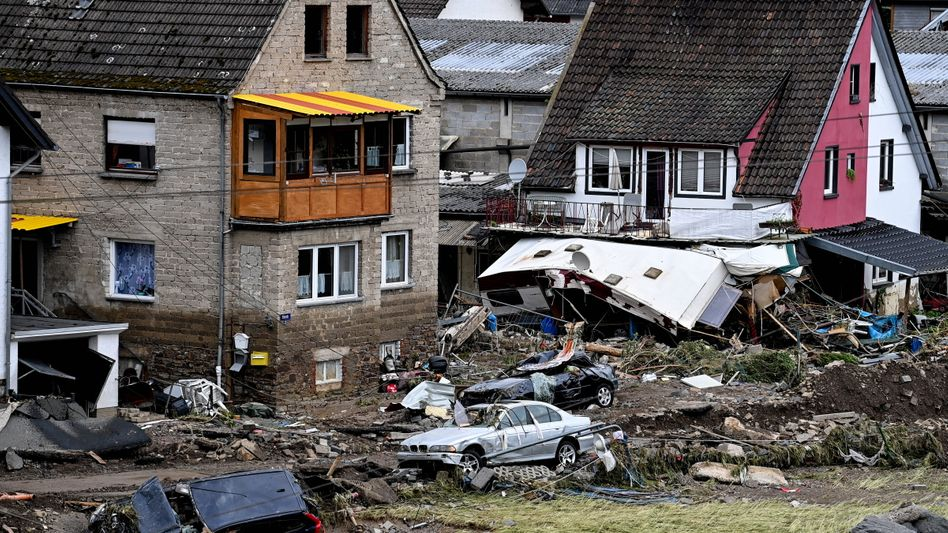 Von der Flut zerstörte Häuser und Autos im Eifeldorf Schuld