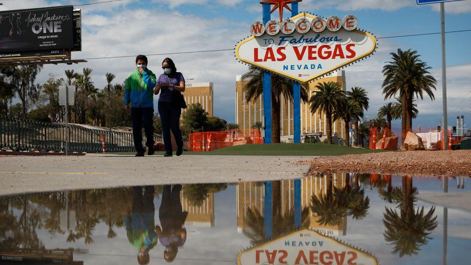 Las Vegas mit Masken: Normalerweise drängen sich unter dem bekannten Schild Menschenmengen. Nicht zu Corona-Zeiten