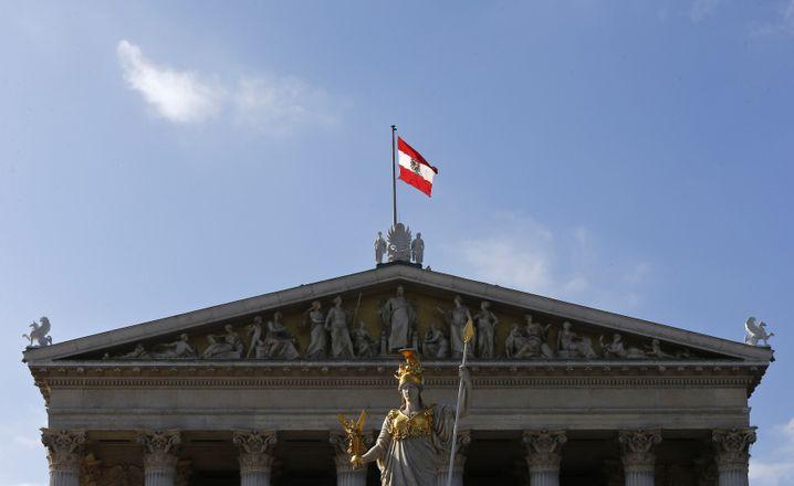 Österreichische Flagge vor dem Parlament in Wien