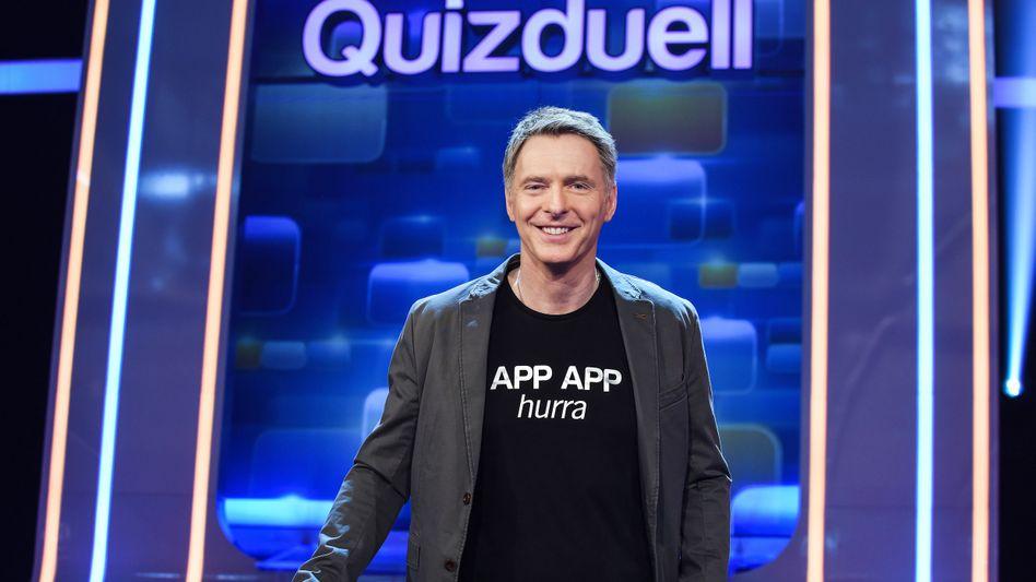 """Quizduellant Jörg Pilawa mit Motivations-Shirt: """"APP APP hurra"""""""