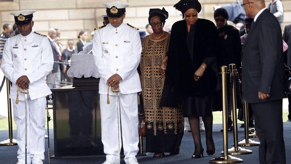 Abschied am Sarg: Mandelas Witwe Graca Machel (2. v. r.)
