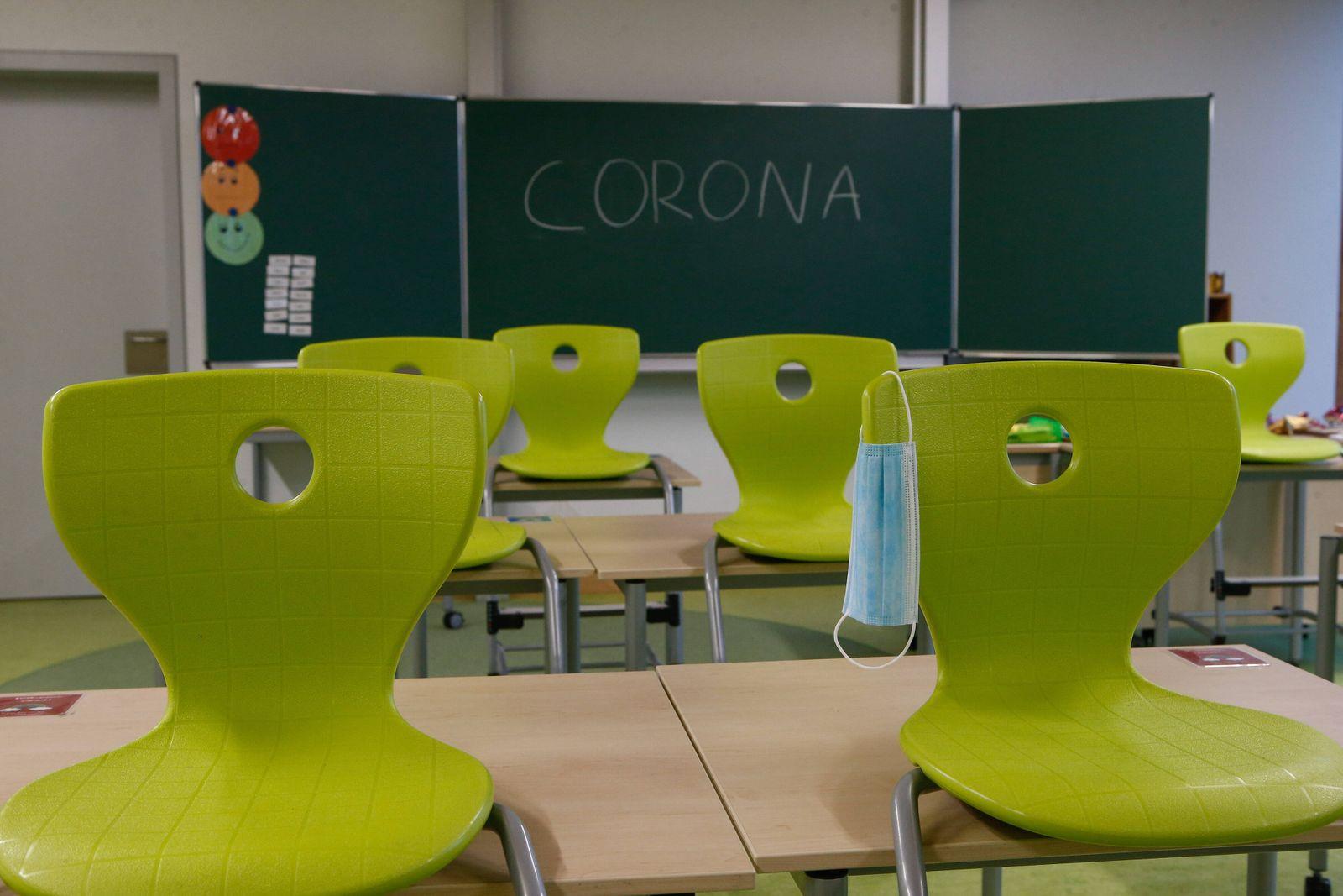 12.01.2021, xtgx, Symbolfotos Schule und Corona, hochgestellte Stuehle im Klassenraum einer Grundschule., an einem Stuh