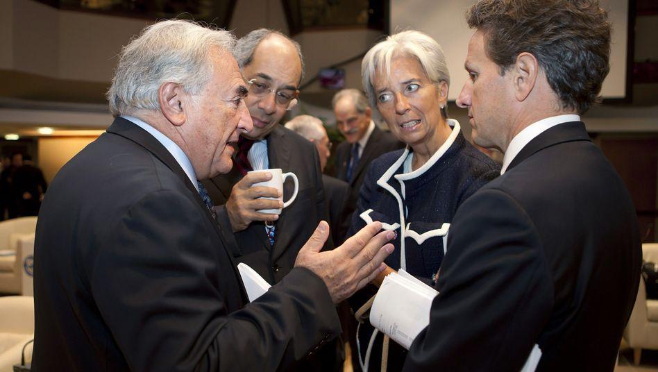 """IWF-Direktor Strauss-Kahn (l.) im Gespräch: Einigung in """"Tagen oder Wochen"""""""