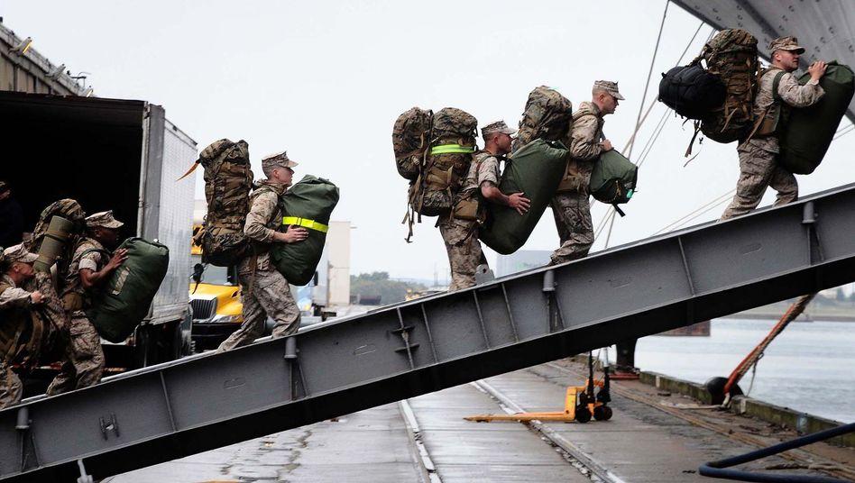 US-Soldaten besteigen 2011 in einem Hafen von Morehead City, North Carolina, ein Kriegsschiff