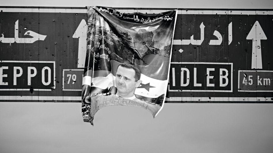 Assad-Poster über der Autobahn Damaskus-Aleppo