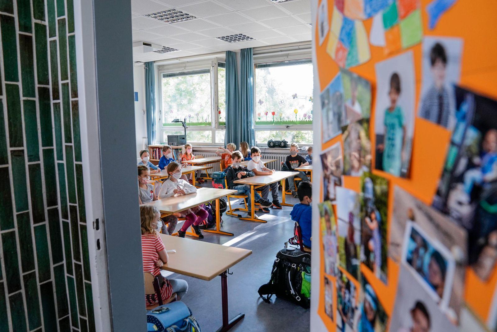 NRW Bildungsministerin besucht zum Start des angepassten Praesentzunterricht die Grundschule Bonifatiusschule in Duessel
